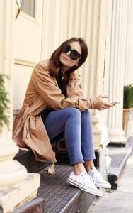 Un trench coat femme porté façon décontracté